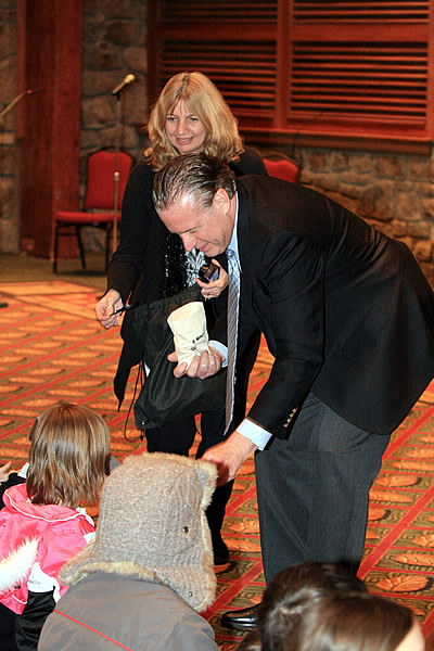 David Croft, US Mint, handing out Great Smoky Mountains National Park Quarters